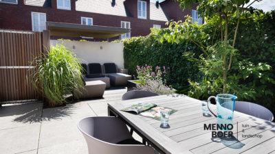 besloten-voortuin-menno-boer-tuinontwerp-meerstammige boom-tuinmuur-polyester-lounge-palenwand