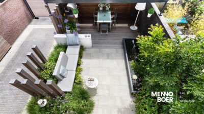 stadstuin-groen-palenwand-veranda-vijver-modern-menno-boer-lounge-kussens-op-maat-kleurrijk-tuinmuur-polyester